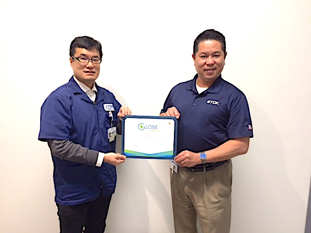 TCU Treasurer Ryuichi Muramatsu (left) and President Ken Takekawa (right) display the GLOBE Award the company received on 12/6/2019. Photo/TDK.